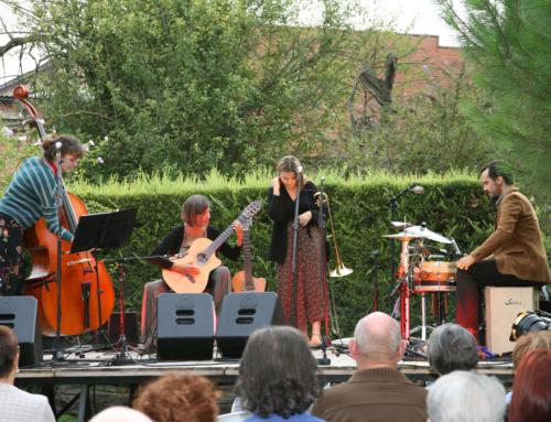 Més d'un centenar de persones omplen el jardí d'El Molí d'Olost en el primer concert de l'Intrús